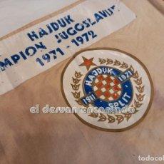 Collezionismo sportivo: HAJDUK SPLIT (JUGOSLAVIJA). SAMPION 1971-1972. BANDERA ORIGINAL DE LA ÉPOCA. 50 CTMS MIDE EL PALO. Lote 252291770