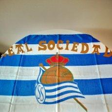 Colecionismo desportivo: ANTIGUA BANDERA DE LA REAL SOCIEDAD CLUB DE FUTBOL ESTADIO DE ANOETA BUFANDA. Lote 254126865
