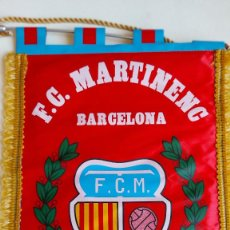 Collezionismo sportivo: T-748.- BANDERIN .- F.C. MARTINENC ( BARCELONA ) FUNDAT L´ANY 1909, VARILLA DE ALUMINIO , VER FOTO. Lote 261225990