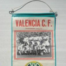 Coleccionismo deportivo: ANTIGUO BANDERIN BANDERÍN DE PLÁSTICO VALENCIA CLUB FÚTBOL C.F. LIGA TEMPORADA 1973/1974 73/74. Lote 262646715