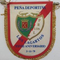 Coleccionismo deportivo: BANDERÍN RAYO VALLECANO PEÑA DEPORTIVA LOS LAGARTOS XXVIII ANIVERSARIO 3-11-79. MEDIDAS 13 X 11 CM. Lote 265096884
