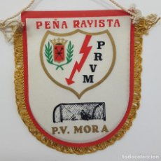 Coleccionismo deportivo: BANDERÍN RAYO VALLECANO PEÑA RAYISTA MORA P.V. MORA. MEDIDAS 12 X 10 CM. Lote 265097059