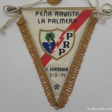 Coleccionismo deportivo: BANDERÍN RAYO VALLECANO PEÑA RAYISTA LA PALMERA VI ANIVERSARIO 3-3-79. MEDIDAS 12 X 10 CM. Lote 265097449