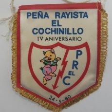 Coleccionismo deportivo: BANDERÍN RAYO VALLECANO PEÑA RAYISTA EL COCHINILLO IV ANIVERSARIO 24-5-80. MEDIDAS 13,5 X 12 CM. Lote 265098109