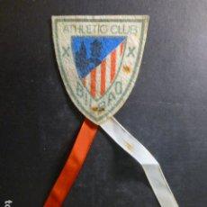 Coleccionismo deportivo: ATHLETIC CLUB DE BILBAO FUTBOL PARCHE ANTIGUO EN TELA CON CINTAS FUE DEL JUGADOR LUIS OLASO. Lote 265776014
