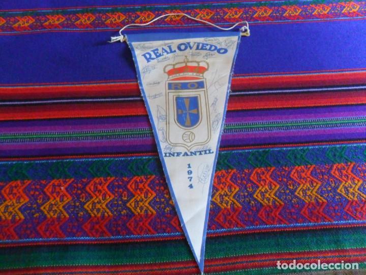 BANDERÍN REAL OVIEDO INFANTIL 1974 CON AUTÓGRAFOS DE JUGADORES QUE LLEGARON A 1ª DIVISIÓN. (Coleccionismo Deportivo - Banderas y Banderines de Fútbol)