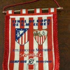 Coleccionismo deportivo: BANDERIN FINAL COPA DE S. M. EL REY ATLETICO MADRID SEVILLA 2010 BUEN ESTADO. Lote 267371584