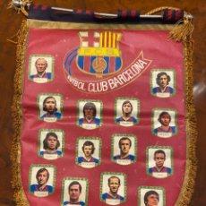 Coleccionismo deportivo: BANDERIN FUTBOL CLUB BARCELONA CON JOHAN CRUYFF SOTIL ECT. Lote 267422504
