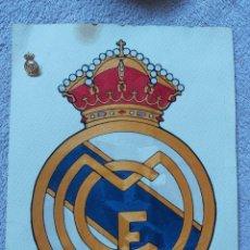 Coleccionismo deportivo: ESCUDO DEL REAL MADRID, BORDADO. PIN DORADO.. Lote 268299019