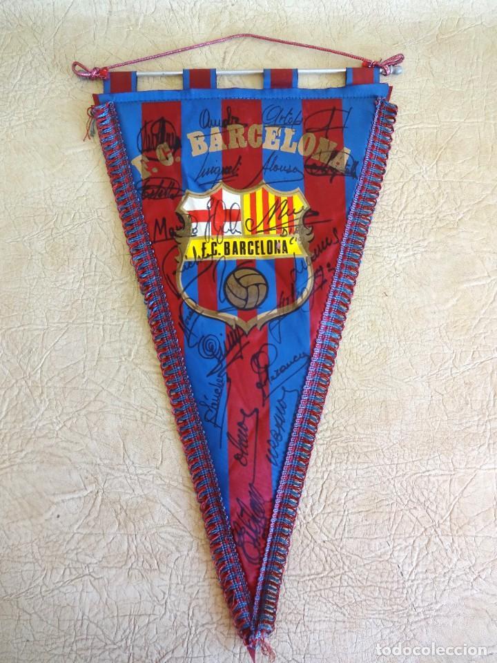 BANDERIN BARÇA FIRMADO PLANTILLA TEMPORADA 82 - 83 BARCELONA TAMAÑO GRANDE DIEGO ARMANDO MARADONA (Coleccionismo Deportivo - Banderas y Banderines de Fútbol)