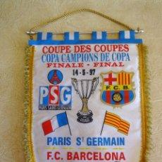 Coleccionismo deportivo: BANDERIN BARÇA COPA DE CAMPIONS DE COPA F.C. BARCELONA PARIS ST GERMAIN TAMAÑO GRANDE AÑO 1997. Lote 268922544