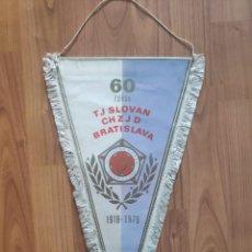 Coleccionismo deportivo: SLOVAN BRATISLAVA 1979 60 YEARS ANNIVERSARY GRAN BANDERIN FUTBOL PENNANT. Lote 268996719