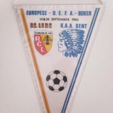 Coleccionismo deportivo: UEFA CUP 1983 RC LENS VS KAA GENT BANDERIN FUTBOL PENNANT. Lote 268997369
