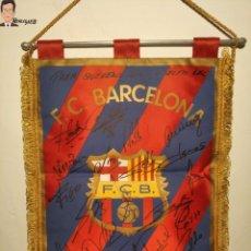 Coleccionismo deportivo: BANDERÍN FIRMADO F.C. BARCELONA - AUTÓGRAFOS 96 / 97 - RONALDO FIGO GUARDIOLA STOICHKOV ... (BARÇA). Lote 269119663