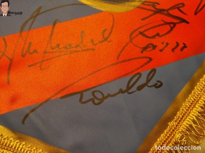 Coleccionismo deportivo: BANDERÍN FIRMADO F.C. BARCELONA - AUTÓGRAFOS 96 / 97 - RONALDO FIGO GUARDIOLA STOICHKOV ... (BARÇA) - Foto 3 - 269119663