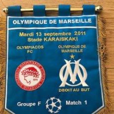 Coleccionismo deportivo: BANDERIN BORDADO ORIGINAL OLYMPIACOS FC VS OLYMPIQUE MARSEILLE CL 13-11-2011 (43CM X 36CM). Lote 269230988