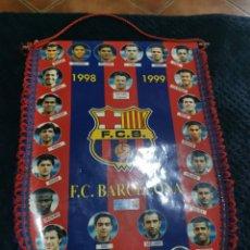 Coleccionismo deportivo: BANDERIN FUTBOL FC BARCELONA 1998/1999 FIGO GUARDIOLA BUSQUETS NADAL LUIS ENRIQUE RIVALDO XAVI. Lote 269482813