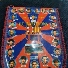 Coleccionismo deportivo: BANDERIN FUTBOL FC BARCELONA 1997/1998 DE LA PEÑA LUIS ENRIQUE GUARDIOLA FIGO FERRER STOICKOV RIVALD. Lote 269483173