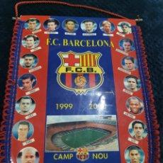 Coleccionismo deportivo: BANDERIN OFICIAL FC BARCELONA 1999/2000 FIGO GUARDIOLA DE BOER LITMANEN RIVALDO XAVI KLUIVERT. Lote 269483673