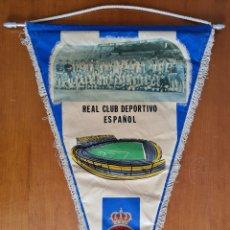 Coleccionismo deportivo: BANDERÍN RCD ESPAÑOL FOTO CAMPO DE SARRIÀ - ESPANYOL FÚTBOL PERIQUITO. Lote 269558793