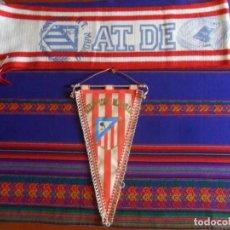 Collezionismo sportivo: CLUB ATLÉTICO DE MADRID BANDERÍN, BUFANDA CON ESTADIO VICENTE CALDERÓN Y ALFILER. 1983. RAROS.. Lote 274848868