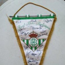 Coleccionismo deportivo: BANDERIN REAL BETIS BALOMPIE ( FIRMADO POR DIVERSOS JUGADORES ) 46X29. Lote 284610188