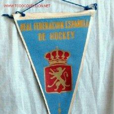 Coleccionismo deportivo: BANDERIN REAL FEDERACIÓN ESPAÑOLA DE HOCKEY 1956. Lote 19788073