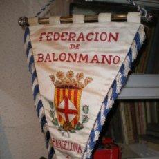 Coleccionismo deportivo: BANDERIN FEDERACIÓN DE BALONMANO. BARCELONA 1965. GRANDE: 46X32CMS. Lote 23141299