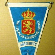 Coleccionismo deportivo: BN0134.- BANDERIN 15X27 TELA REAL FEDERACION ESPAÑOLA DE HOCKEY. AÑO OLIMPICO 1960 . Lote 26420571