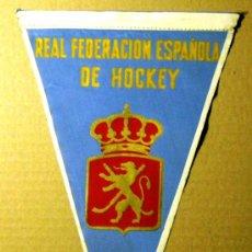 Coleccionismo deportivo: BN0135.- BANDERIN 15X27 TELA REAL FEDERACION ESPAÑOLA DE HOCKEY. . Lote 26420572