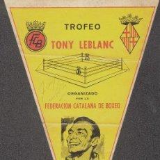 Coleccionismo deportivo: BOXEO. BANDERIN TRINAGULAR DEL TROFEO TONY LEBLANC DE 1969. FIRMA AUTÓGRAFA DE TONY LEBLANC.31X19 CM. Lote 105105255