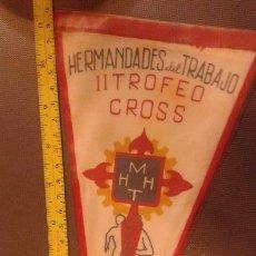 Coleccionismo deportivo: BANDERIN ORIGINAL HERMANDADES DEL TRABAJO TROFEO DECADA. CROSS 1956. Lote 45487313