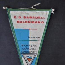 Coleccionismo deportivo: BANDERIN DE C.D. SABADELL DE BALONMANO. HOMENAJE A BARRERA, CAÑADELL Y MASOLIVER. AÑO 1964. Lote 52169840