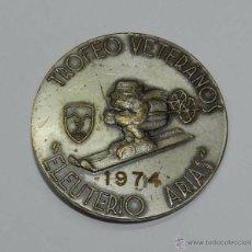 Coleccionismo deportivo: INSIGNIA DEL TROFEO DE VETERANOS ELEUTERIO ARIAS, 1974, CLUB SIETE PICOS, SIERRA DE GUADARRAMA, MIDE. Lote 54337542