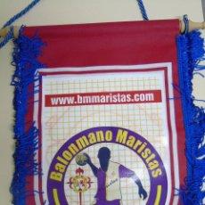 Coleccionismo deportivo: BANDERÍN DE BALONMANO. CLUB MARISTAS DE LEÓN. 28 X 35 CM. Lote 56031729