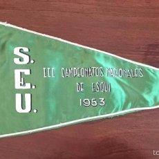 Coleccionismo deportivo: BANDERIN DE LA SEU, III CAMPEONATOS NACIONALES DE ESQUI, AÑO 1953, MIDE 36 CMS.. Lote 56909658