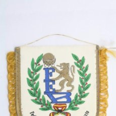 Coleccionismo deportivo: BANDERÍN DE LA FEDERACIÓN ESPAÑOLA DE BALONCESTO / FEB - BASKET / BALONCESTO - MEDIDAS 12,5 X 11 CM. Lote 57487264