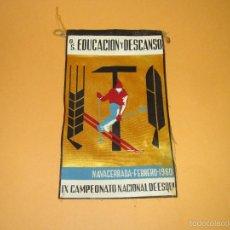 Coleccionismo deportivo: ANTIGUO BANDERÍN EN TELA DEL CAMPEONATO NACIONAL DE ESQUÍ EN NAVACERRADA - AÑO 1960. Lote 60050191