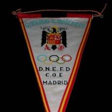 Coleccionismo deportivo: BANDERÍN TELA, GIMNASIO GENERAL G. MOSCARDÓ D.N.E.F.D / C.O.E. COMITÉ OLÍMPICO ESPAÑOL, AÑOS 50.. Lote 69764809