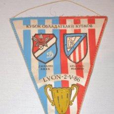 Coleccionismo deportivo: ANTIGUO BANDERIN DE FUTBOL - ATLETICO DE MADRID & DINAMO DE KIIEV - COPA CAMPEONES DE COPA - 1986.UR. Lote 70375785