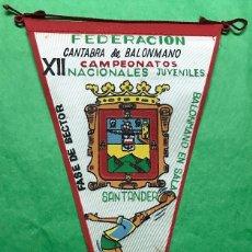 Coleccionismo deportivo: BANDERÍN FEDERACIÓN CANTABRA DE BALONMANO - XII CAMPEONATOS NACIONALES JUVENILES - SANTANDER 1964. Lote 85761708