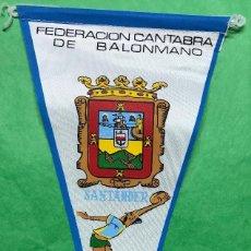 Coleccionismo deportivo: BANDERÍN DE LA FEDERACIÓN CANTABRA DE BALONMANO - SANTANDER - CANTABRIA - AÑOS 60. Lote 85762296