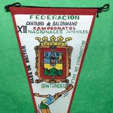 Coleccionismo deportivo: BANDERÍN FEDERACIÓN CANTABRA DE BALONMANO - XII CAMPEONATOS NACIONALES JUVENILES - SANTANDER 1964. Lote 85762772