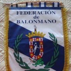 Coleccionismo deportivo: BANDERÍN DE LA FEDERACIÓN MELILLENSE DE BALONMANO. MELILLA. 42 CM. Lote 176000053