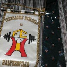 Coleccionismo deportivo: CORBATA OFICIAL Y BANDERÍN COMPETICIONES FEDERACIÓN ESPAÑOLA DE HALTEROFILIA. SIN USO.. Lote 104605248