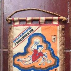 Coleccionismo deportivo: BALONMANO BANDERIN 3ER TORNEO CIUDAD DE LEON AÑOS 60-70 FPBM GANADOR FC BARCELONA BARÇA? ARTESANIA. Lote 114677550