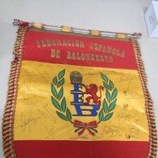 Coleccionismo deportivo: BANDERIN AÑOS 80 ESPAÑA DE BALONCESTO. FIRMADO POR LOS JUGADORES CELECCION ESPAÑA 1988 SEUL. Lote 126804031