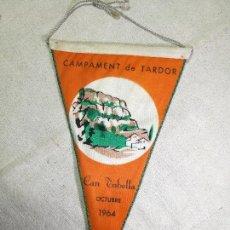 Coleccionismo deportivo: BANDERIN -UEC UNIO EXCURSIONISTA CATALUNYA SANTS CAMPAMENT TARDOR CAN TOBELLA 1964-DOBLE CARA. Lote 133568058