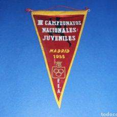 Coleccionismo deportivo: BANDERÍN TELA, III CAMPEONATOS NACIONALES JUVENILES ATLETISMO F.E.A. MADRID, ORIGINAL 1955.. Lote 133585838