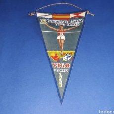 Coleccionismo deportivo: BANDERÍN TELA, XL CAMPEONATO ESPAÑA CAMPO A TRAVÉS, ATLETISMO F.G.A. VIGO, ORIGINAL 9 MARZO 1958.. Lote 133587314